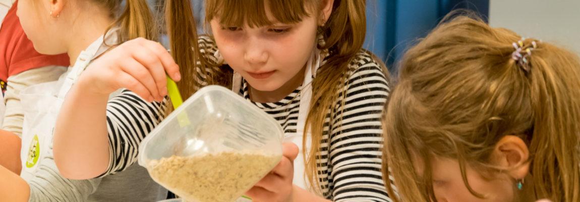 [FOTORELACJA] Zdrowe słodycze: warsztaty kulinarne dla dzieci. Pole na stole, las w nas
